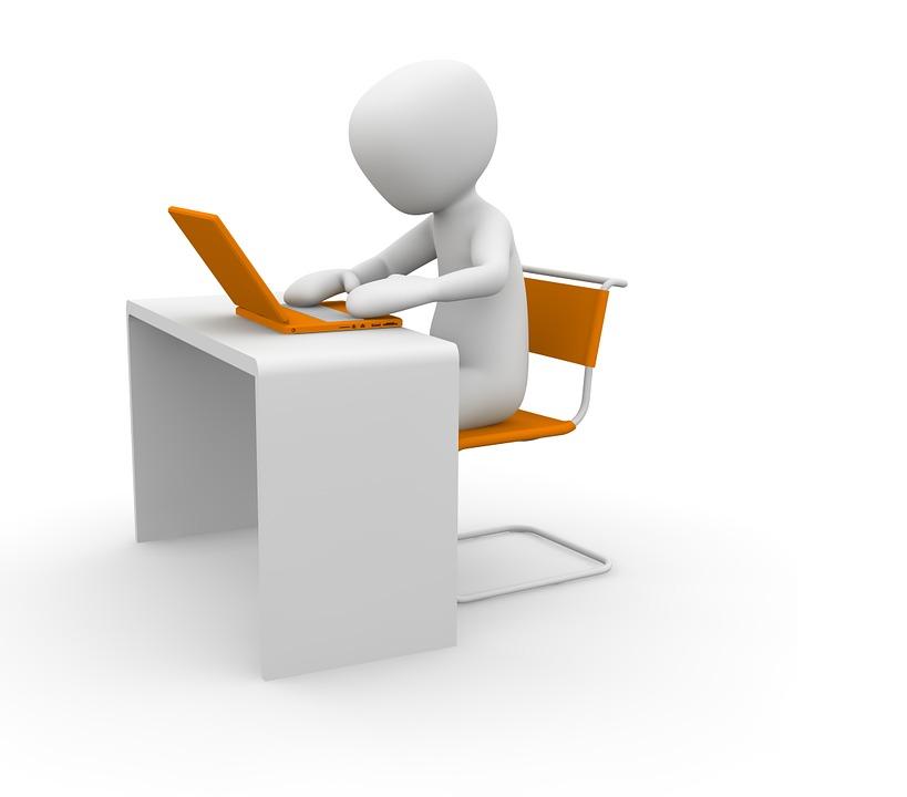 Utilisateur d'un ordinateur portable sur un bureau